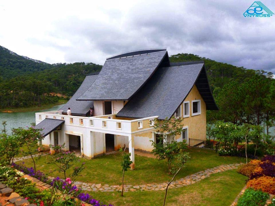 Kiểu mái nhà siêu ấn tượng từ kèo thép mạ VNTRUSS tại Làng Bình An – Đà Lạt