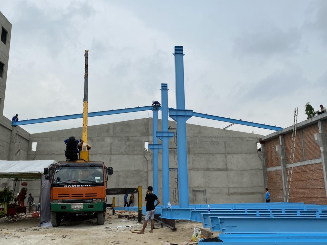 cẩu khung vì kèo nhà máy sản xuất ngói màu xi măng ISORA tại Bình Dương
